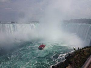 ナイアガラの滝の水しぶきが、竜巻のように舞い上がってました。壮観! ナイアガラの滝は、下記3つの滝の総称です。 カナダ滝 (落差53m、幅670m、滝壺の深さ56m) アメリカ滝 (落差21mから34m、幅260m) ブライダルベール滝 (落差55m、幅15m) カナダ側から観られるのは、カナダ滝とブライダルベール滝です。写真はカナダ滝。