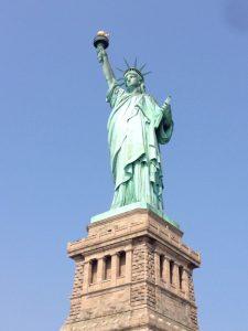 お馴染みの「自由の女神」。正式名称は「世界を照らす自由」です。1984年に世界遺産に登録されています。 右手には純金で形作られたたいまつを掲げ、左手にはアメリカ合衆国の独立記念日である「1776年7月4日」とローマ数字で刻印された銘板を持っています。足元には引きちぎられた鎖と足かせがあり、全ての弾圧、抑圧からの解放と、人類は皆自由で平等であることを表しています。女神がかぶっている冠には七つの突起があります。これは、七つの大陸と七つの海に自由が広がるという意味があるそうです。 自由の女神は、1878年のパリ万博で頭部が展示され約40万ドルの寄付金を集めました。1884年にパリで完成、214個に分解してフランス海軍軍用輸送船イゼール号でアメリカに運ばれてきました。