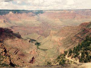 コロラド高原がコロラド川の浸食により削り出された地形。先カンブリア時代からペルム紀までの地層の重なりを見る事ができ、これが評価され世界遺産に認定されました。
