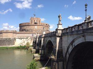 サンタンジェロ城に繋がる橋。 奥に見えるのがサンタンジェロ城です。サンタンジェロ城はローマ帝国の皇帝で「五賢帝」のひとりと言われたハドリアヌスが自らの霊廟として135年に建設を開始、139年に完成。 バチカン市国のサン・ピエトロ大聖堂と秘密の通路で繋がっているとの噂もあるお城です。 ハドリアヌスの霊廟は世界遺産です。