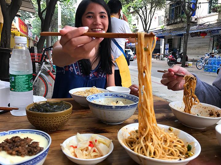 Fong Chong eats jiang dou zajiang mian