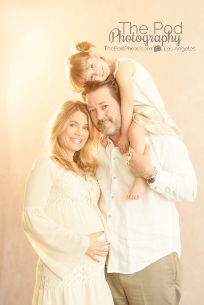 family-maternity-photographer-manhattan-beach-pregnant-mom-with-daughter-and-husband