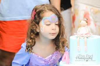 blow-out-the-candles-birthday-cake-los-angeles-party-photographer-the-pod-photography
