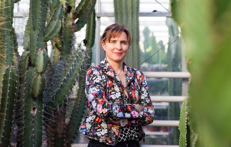 Jane Perrone debout parmi les cactus