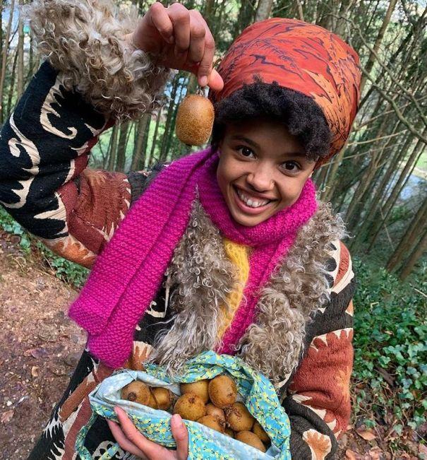 @poppyokotcha holding up foraged wild kiwis