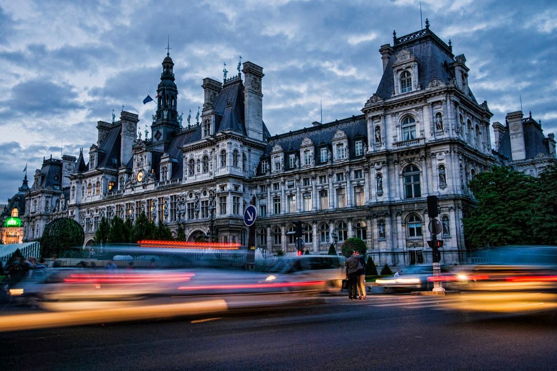 Quick Embrace in the Median / L'Hôtel de Ville (City Hall)