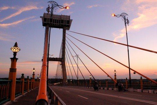 Jembatan Tengku Agung Sultanah Latifah via www.wikipedia.org