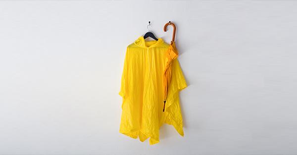 Tips Traveling Saat Musim Hujan - Bawa Payung dan Jas Hujan