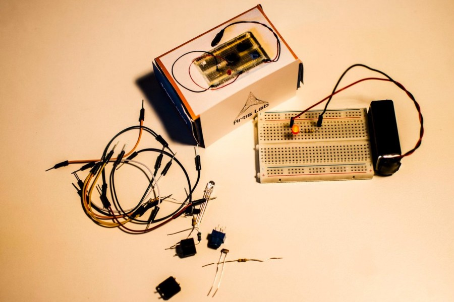 Conduct Ten Simple Electronics Experiments With The Edu-Kit01
