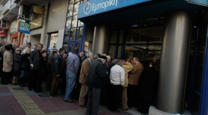 Customers queue to take money out of a Greek bank, 2015.[kingworldnews.com]