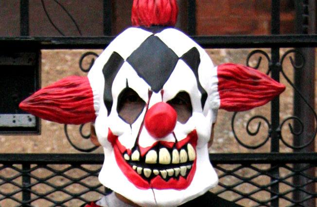 Una fotografia di una persona vestita da clown malvagio