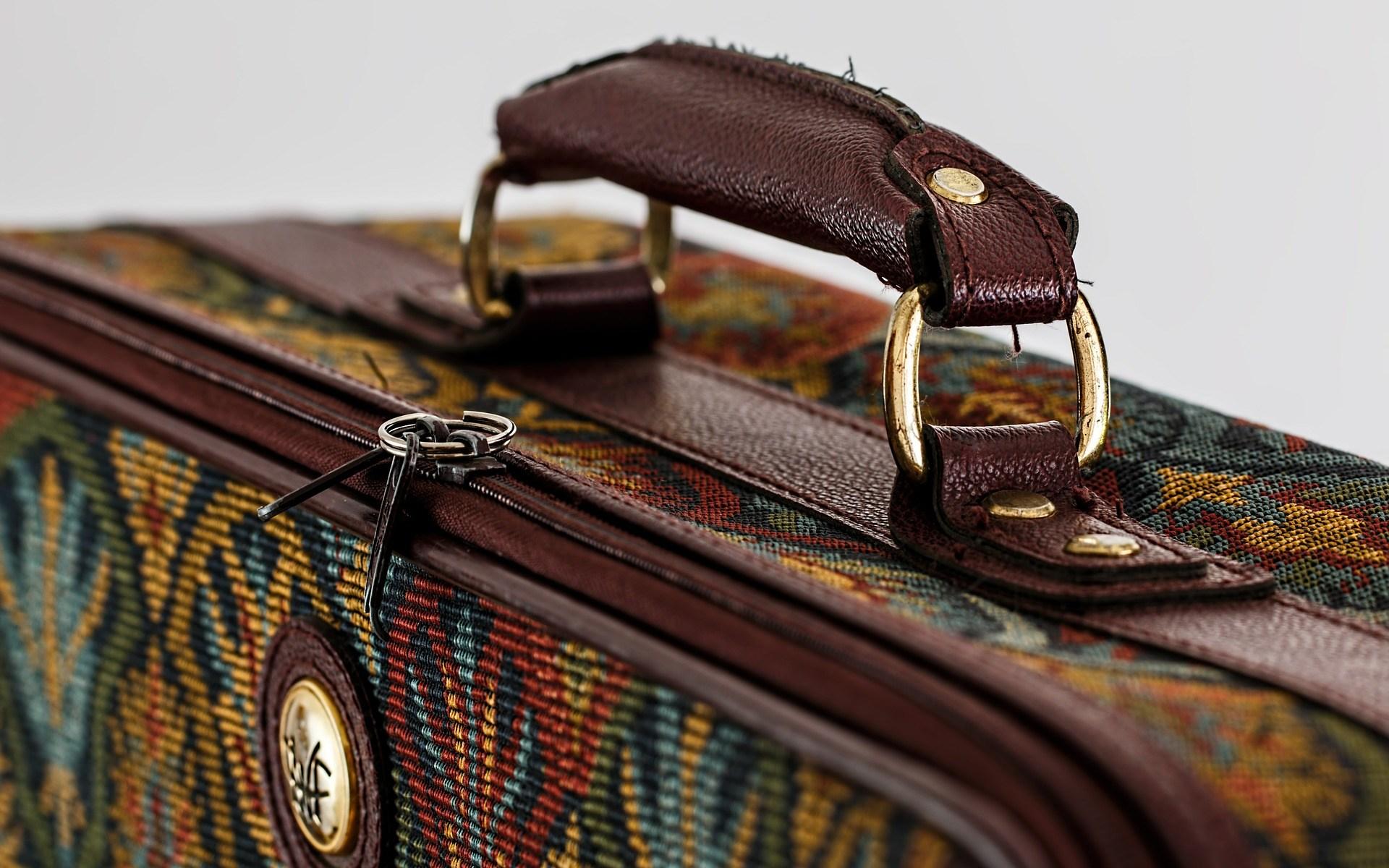 """Foto d'una maleta per al poema """"Pensament"""" de Fuad Rifka"""