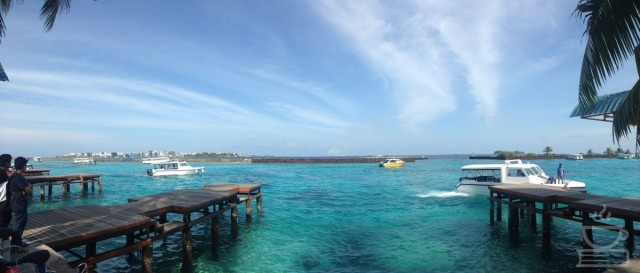 Cara Maldives menyambut kami; pemandangan sekeluarnya kami dari bandara