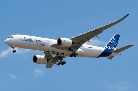 A350_First_Flight_-_Low_pass_02