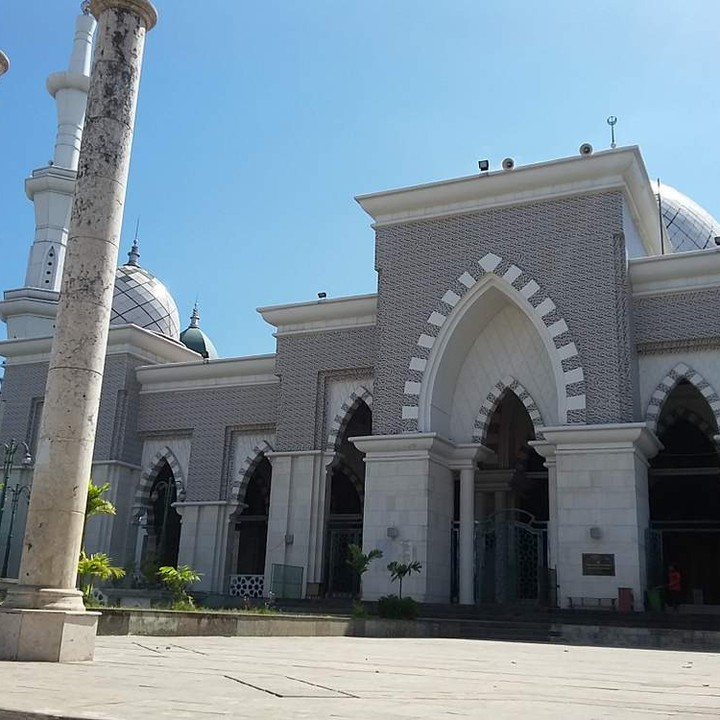 The mosque is located in Makassar and features an enchanting architecture.