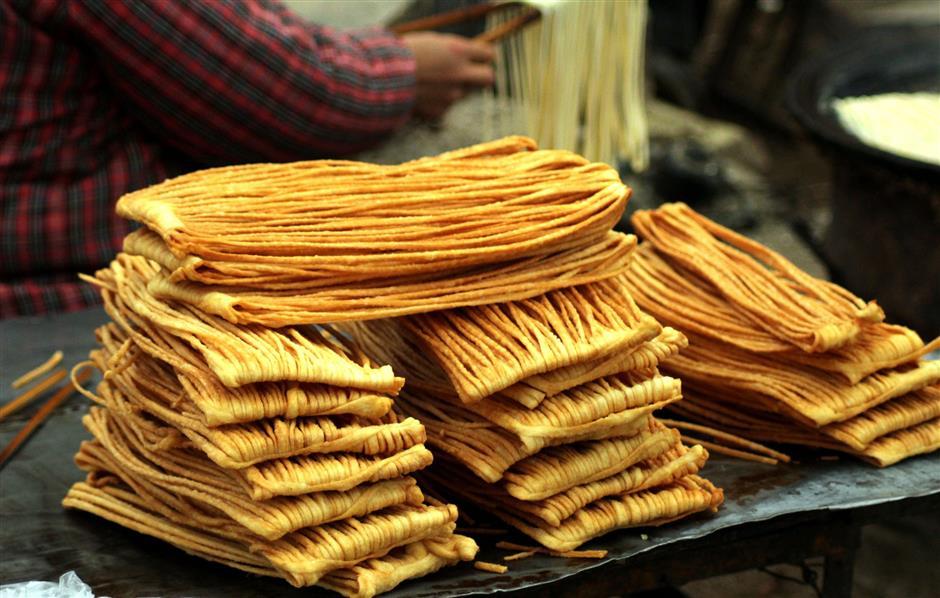 Sanzi adalah makanan ringan yang diperbuat daripada adunan tepung gandum dan ditarik sehingga menjadi mi nipis