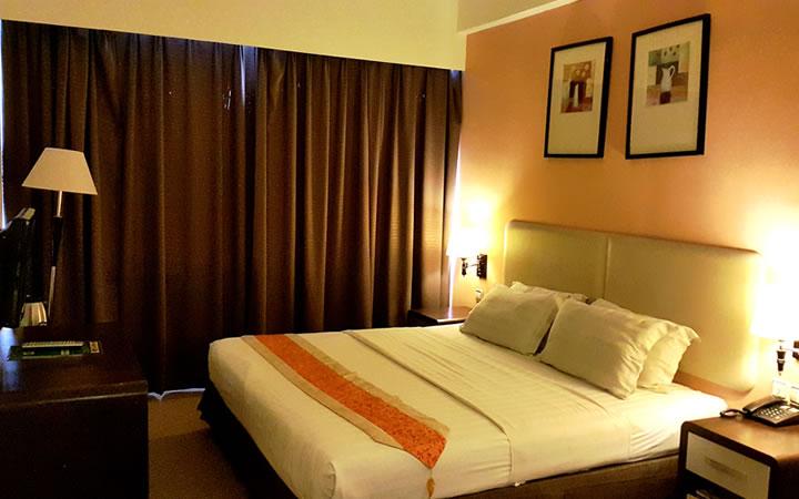Bilik hotel yang luas dan dilengkapi dengan keperluan tetamu
