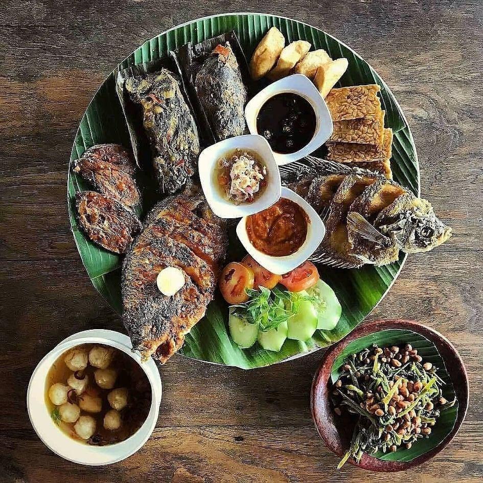 Warung Mina Ubud terkenal dengan menu masakan Ikan Gurami Bakar dan Sotong Bakarnya