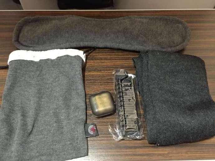 即使是短程也備有一個小包包, 內有眼罩,襪子,耳塞,給想要睡覺的人(像我),另外廁所都備有牙刷牙膏