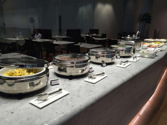 二樓的餐廳便有熱食,有兩區像這樣的,而且食物都不一樣,當然還有吧檯提供酒精飲料