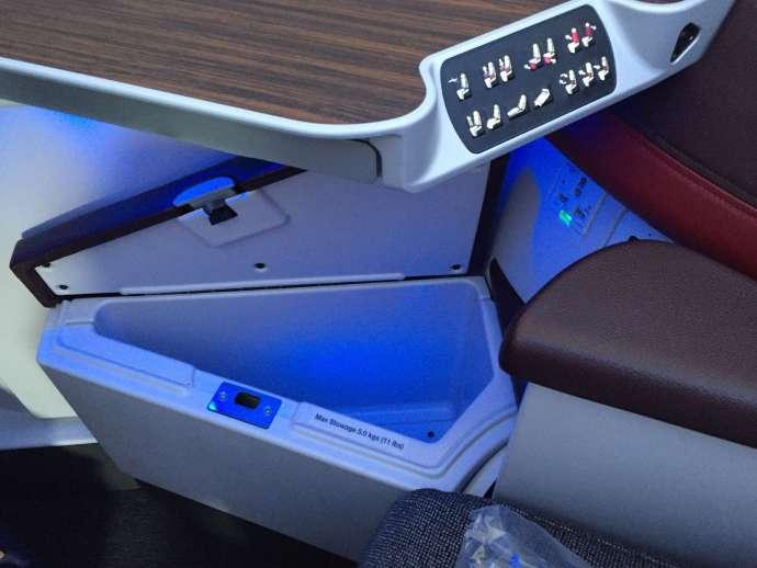 內部下方有一個置物空間,這張也可看到座椅的控制按鈕