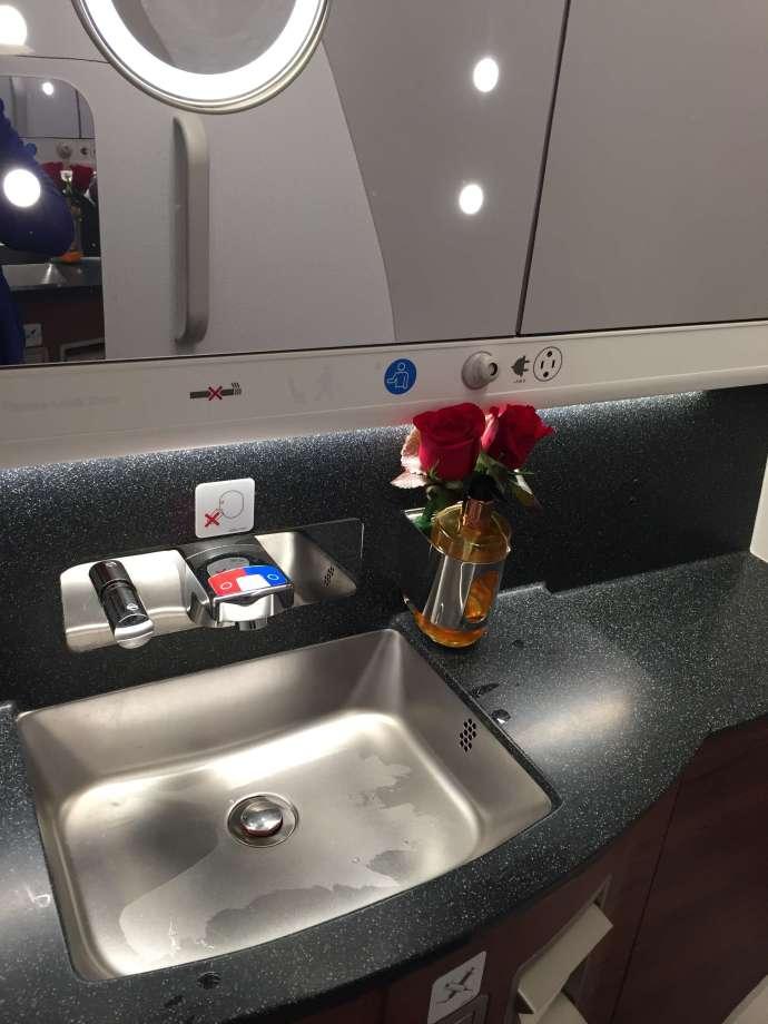 廁所,在我嘗試在不同的飛機廁所裡照相後,心得就是如果可以關起來還照到相都是蠻大的! 另外牙刷牙膏是直接備在廁所這邊,過夜包裡沒有