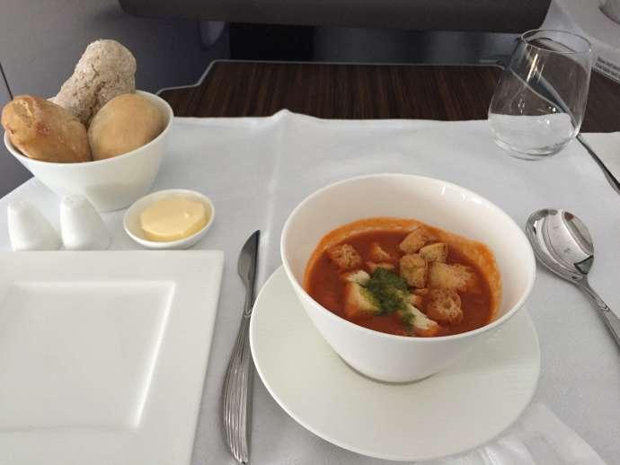 再來碗番茄湯暖暖胃,有附上多種麵包