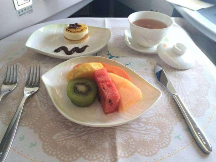 飯後水果&甜點:不得不稱讚長榮,這五種水果都超甜超多汁;水果口味的蛋糕雖然不是我的菜,不過也算好吃