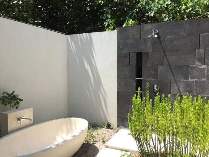 Pool Villa外面shower的地方。可以在戶外洗澡還可泡澡喔。不過盡量要避免太陽大的時候洗澡喔,因為地板真的太燙了。