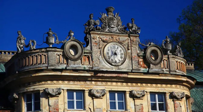 Wbrew trendom, kolorem uderzając w powszechną szarość, aktywnością zdobywając uznanie i certyfikaty – Pałac Wojnowice i Folwark Karczemka