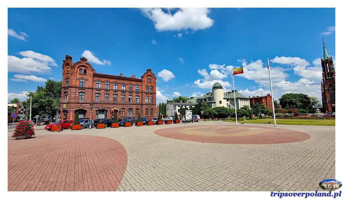 Żyrardów – Magistrat - narożny gmach w stylu neogotyckim, wybudowany w 1910 r. Obecnie, zgodnie z pierwotnym przeznaczeniem siedziba Urzędu Miasta.