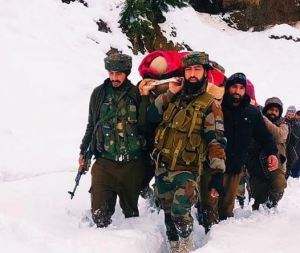 Jammu and Kashmir : Indian Army soldiers help pregnant woman in heavy snowfall