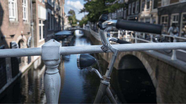 Fiets op een brug over een gracht in Delft