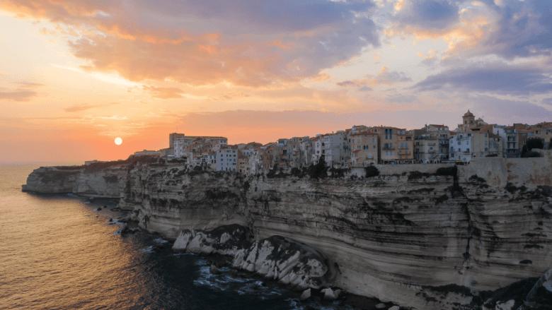 Rotswanden langs zee in Bonifacio