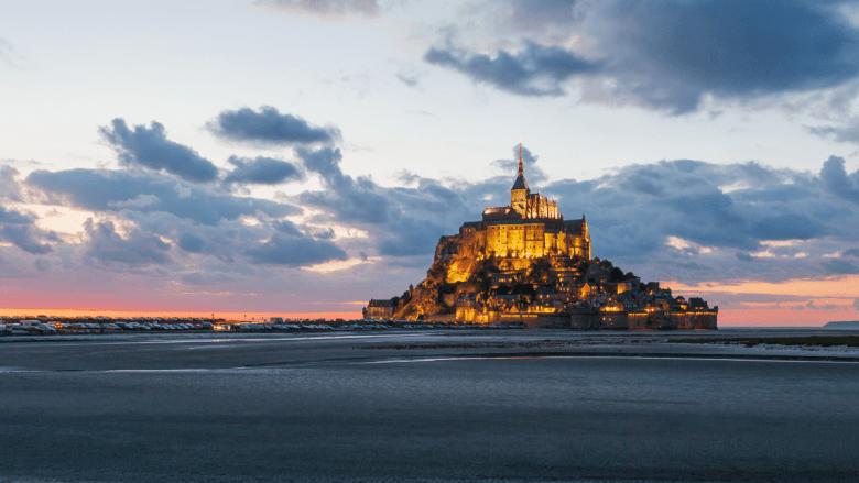 Uitzicht op de abdij kerk van Mont Saint-Michel in Bretagne