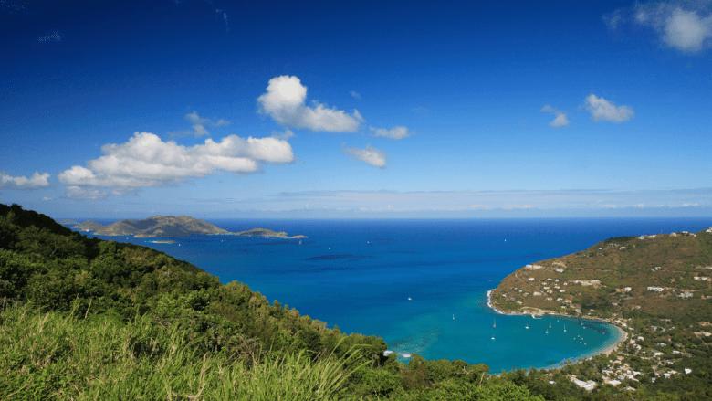 Uitzicht vanaf berg over een baai in Tortola