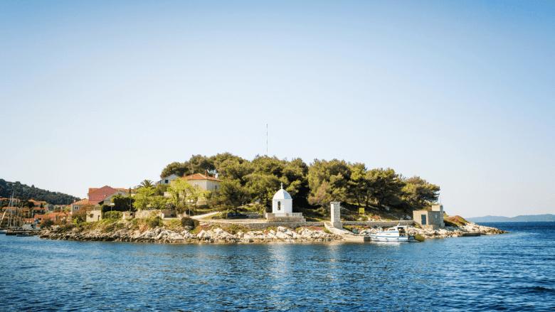 Uitzicht vanaf zee op Sali in Kroatië