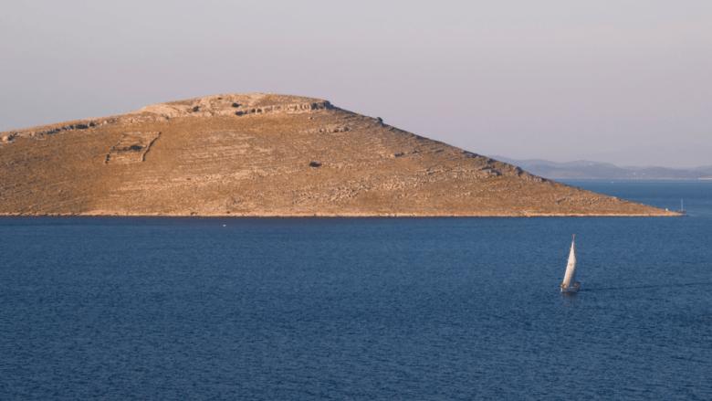 Zeilboot op zee bij Kornati eilanden