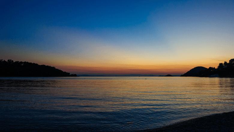 Zonsondergang op strand in Panormos