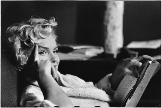03 Elliott Erwitt, New York City, USA, 1956 - Reading book, actress Marilyn Monroe