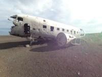 Flugzeugwrack im Sonnenlicht