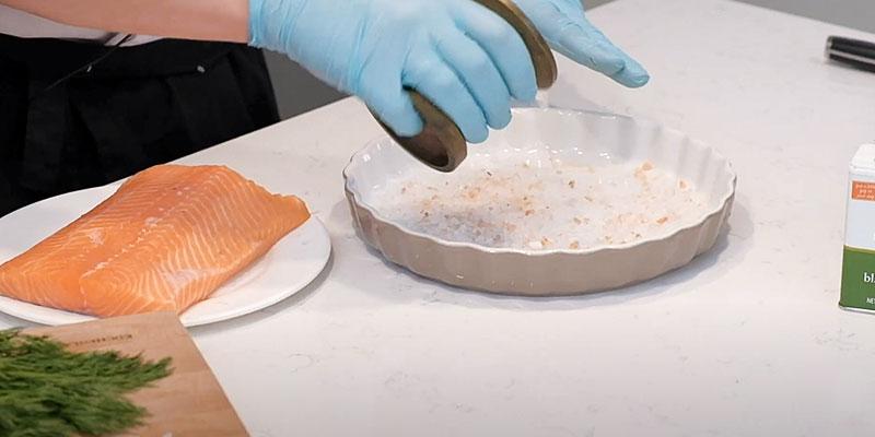 сыпем соль в посуду для рыбы