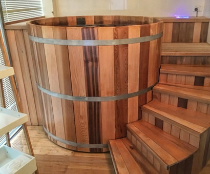 Ukko tub with stairs