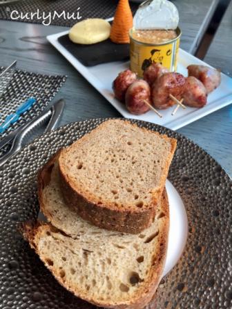 除海鮮山之外,套餐內還有麵包、肉丸,以及一罐肉醬。