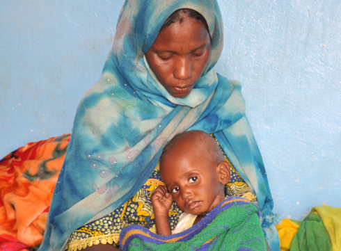 Moustapha med sin mamma. Foto: Chris Tidey, Unicef