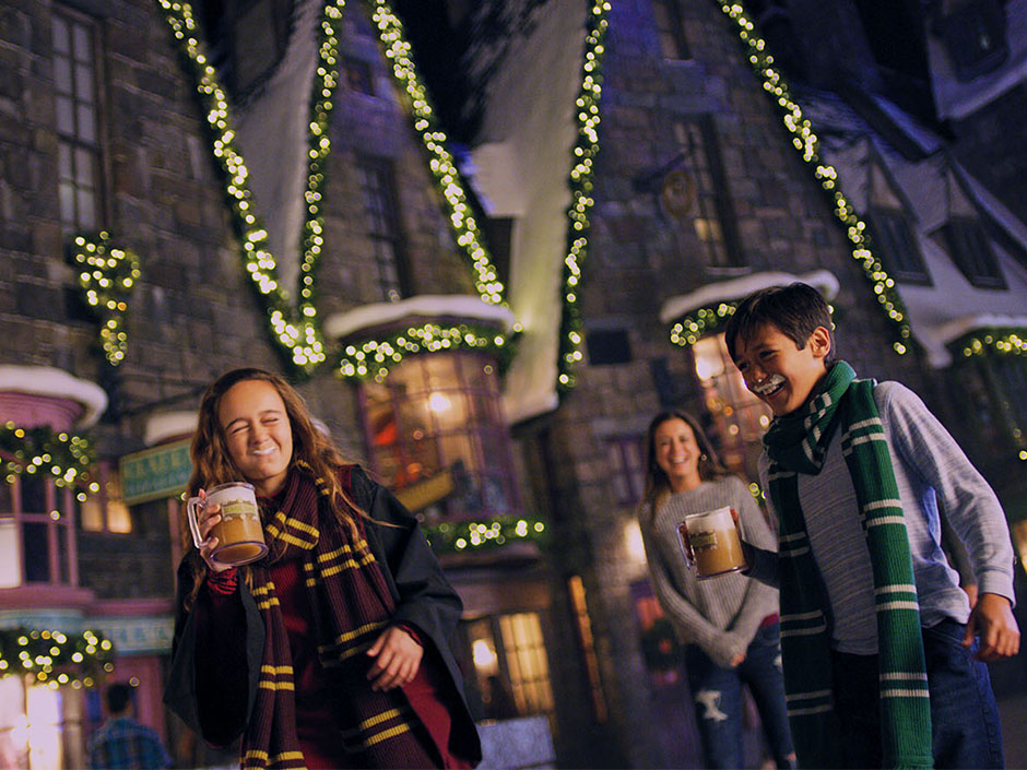 Christmas in The Wizarding World of Harry Potter - Hogsmeade