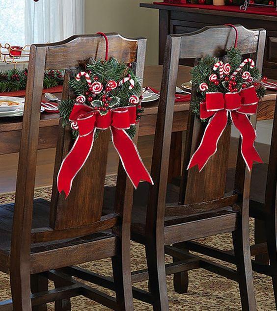 guirlanda e laço de natal decorando uma cadeira