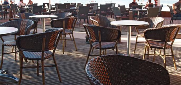 Mobilier pour terrasse de restaurant en rotin for Mobilier de terrasse