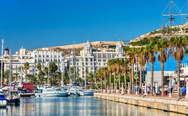 Vistas de Alicante desde el puerto deportivo