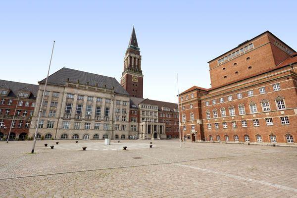 Plaza, iglesia y teatro de Kiel